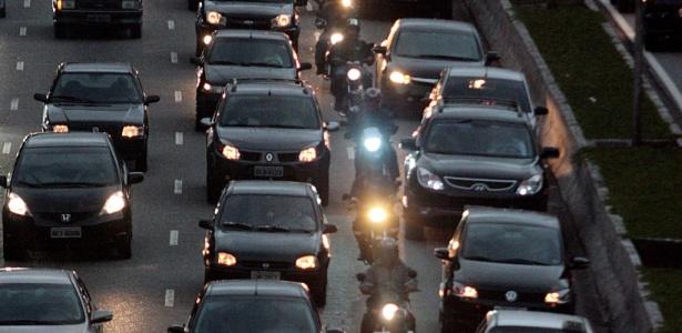 Motos trafegam entre os carros na Radial Leste, importante via de São Paulo (SP) - Zanone Fraissat/Folhapress, 21.05.2010